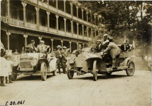 View of motorists in cars parked in front of inn at Baltimore, Maryland during the 1907 Gilden Tour